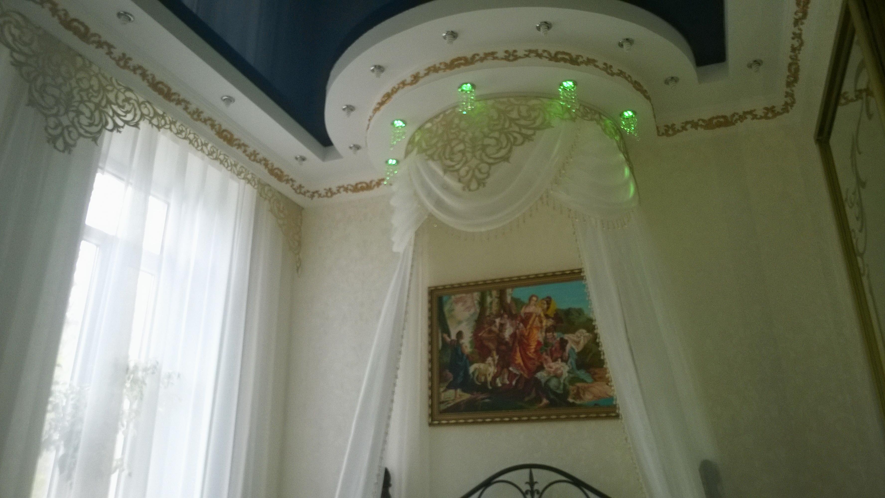 Ажурный ламбрекен в спальне в стиле барокко